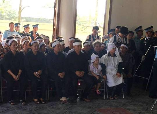 Vợ con Đại tá Trần Quang Khải (áo xô trắng) cùng người thân chuẩn bị làm lễ viếng anh