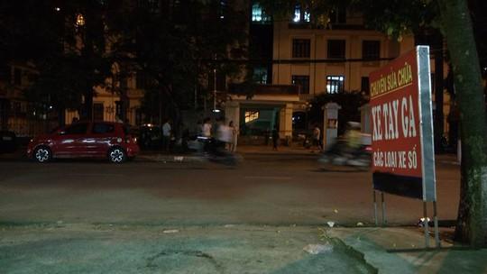 """Nhiều phụ huynh, người thân của những """"dân chơi"""" tối 3-9 vẫn đứng đứng chờ, mong tin trước cổng trụ sở Công an quận Kiến An"""