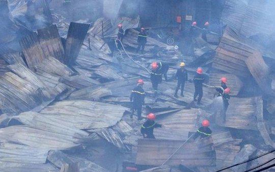 Đám cháy đã cơ bản được khống chế, hàng trăm chiến sĩ chữa cháy cùng người dân vẫn đang tích cực phun nước làm mát khu vực này
