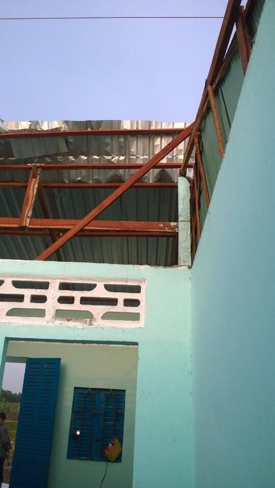 Hơn 170 nhà dân ở tỉnh Kiên Giang đã bị sập hoặc tốc mái trong những cơn mưa vàng vừa qua.