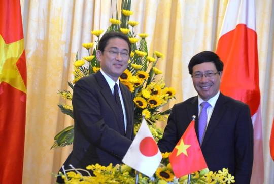 Người đứng đầu ngành ngoại giao Việt - Nhật bắt chặt tay sau cuộc họp báo chung
