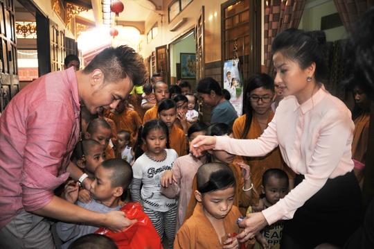 NSƯT Kim Tiểu Long và diễn viên Thanh Nhã trao quà từ thiện cho trẻ em mồ côi tại Chùa Từ Hạnh, TPHCM