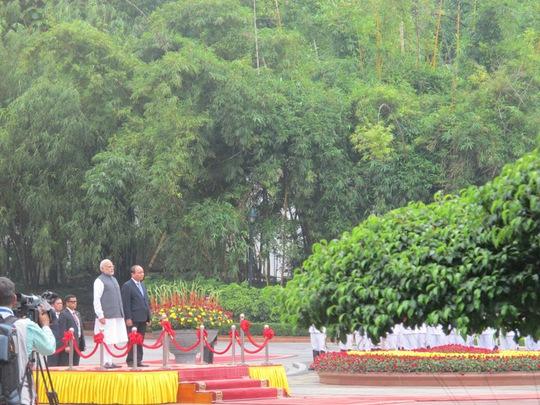 Thủ tướng Nguyễn Xuân Phúc và Thủ tướng Narendra Modi tại Lễ chào cờ trong Lễ đón chính thức, khi độc quân nhạc cử hành Quốc ca Ấn Độ, Việt Nam
