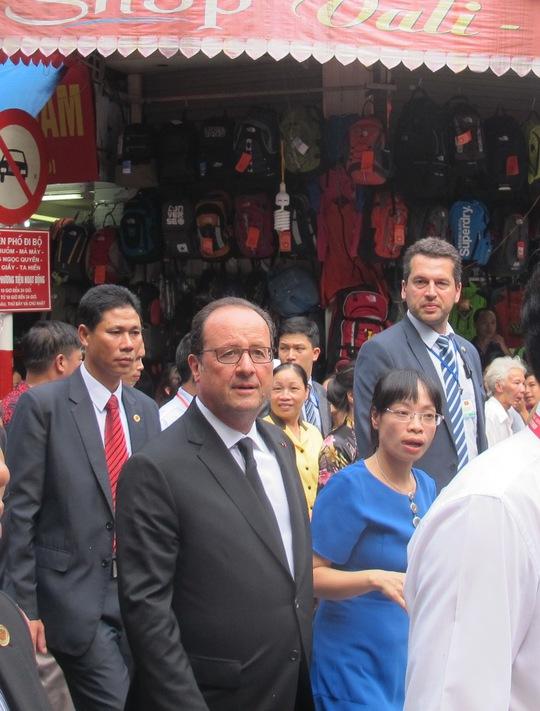Rời khỏi cà phê Cộng, Tổng thống tản bộ đến ngôi đình trên phố Hàng Bạc