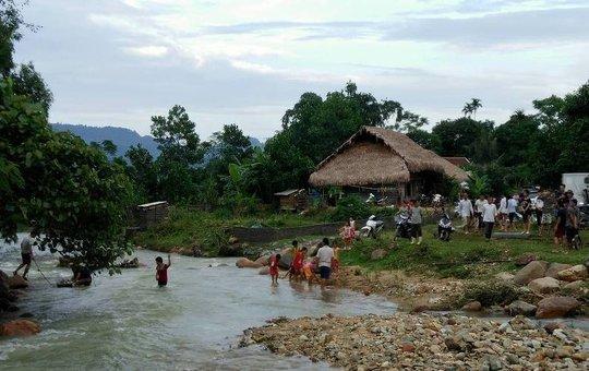 Người dân đưa thi thể người bị nạn qua suối về thôn lo hậu sự