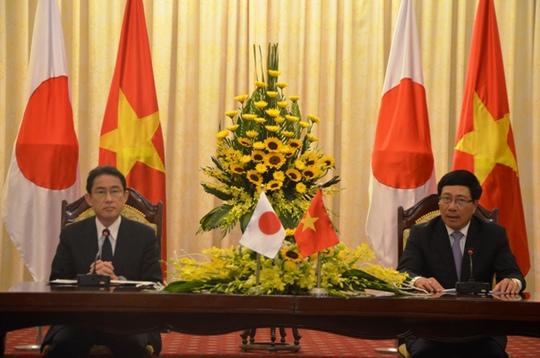 Bộ trưởng Ngoại giao Nhật Bản Kishida và Phó Thủ tướng, Bộ trưởng Ngoại giao Phạm Bình Minh tại buổi họp báo - Ảnh: Nguyễn Hưởng