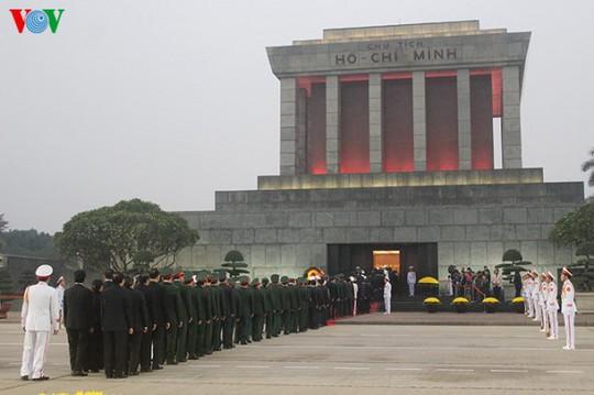 Các đại biểu vào lăng viếng Chủ tịch Hồ Chí Minh - ảnh: VOV