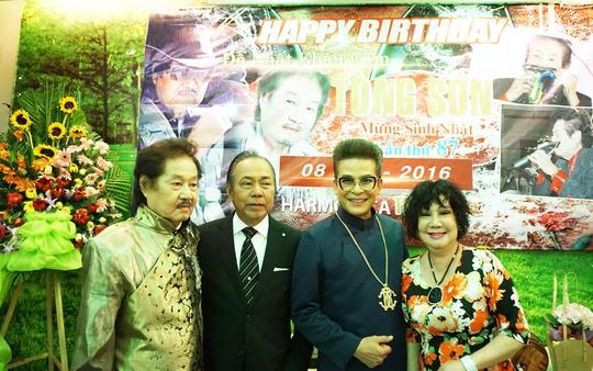 NSƯT Z27, MC Thanh Bạch và nghệ sĩ hài Mỹ Chi chúc mừng sinh nhật 87 tuổi của NS Tòng Sơn