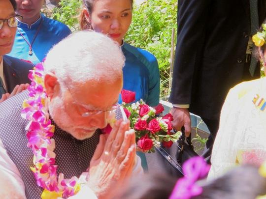Thủ tướng Ấn Độ luôn chắp tay thành kính