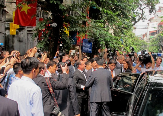 Tổng thống rời khỏi đền, lên xe tới sự kiện tiếp theo
