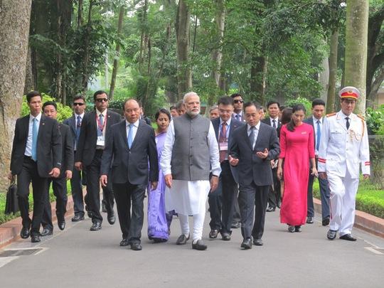 Hai Thủ tướng cùng đi thăm Nhà sàn Bác Hồ