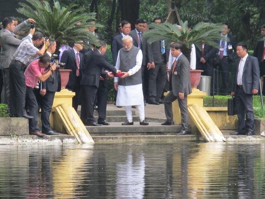 Sau khi lên thăm nhà sàn, Thủ tướng thăm ao cá Bác Hồ