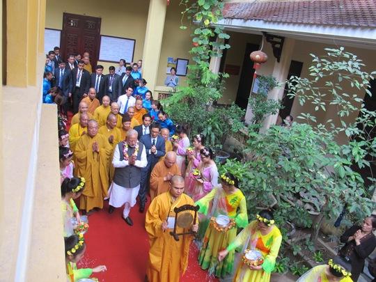 Thủ tướng Ấn Độ thành kính dâng hương tại chùa Quán Sứ