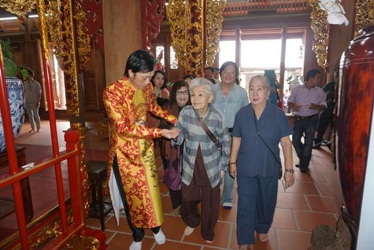 NSƯT Hoài Linh dìu sầu nữ Út Bạch Lan (82 tuổi) vào viếng Đền thờ Tổ