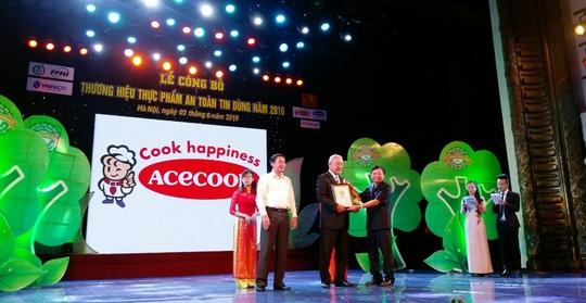 Đại diện công ty Acecook Việt Nam nhận giải thườngThương hiệu thực phẩm an toàn, tin dùng 2016