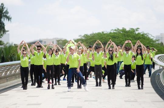 Ca sỹ A Tuân tham gia bài nhảy flashmod cùng toàn thể CBCNV An Tín Travel