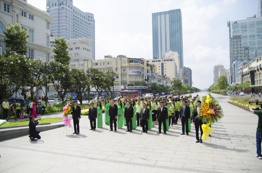 Toàn thể BLĐ cùng CBCNV An Tín Travel dâng hoa tại Tượng đài Hồ Chí Minh trên phố đi bộ Nguyễn Huệ.