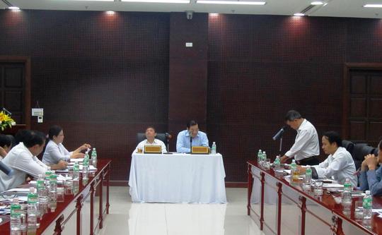 Chủ tịch UBND TP Đà Nẵng Huỳnh Đức Thơ (bàn giữa, ngồi bên phải) chủ trì cuộc họp