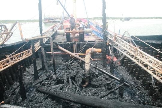 Một chiếc tàu câu mực của ngư dân ở xã Tam Giang bốc cháy gây thiệt hại nặng