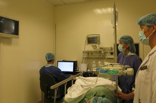 Trong nội soi phát hiện polyp đại tràng, bác sĩ sẽ cắt bỏ để phòng ngừa ung thư.