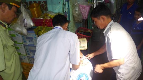 Lực lượng chức năng kiểm tra tai cơ sở kinh doanh thực phẩm Tuấn Hằng.