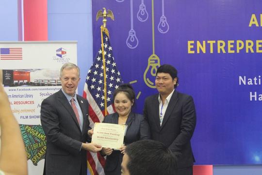 """Đại sứ Mỹ trao giải thưởng khởi nghiệp cho cặp vợ chồng ở TP HCM với ứng dụng UKYS - """"May và bán áo sơ mi online"""""""