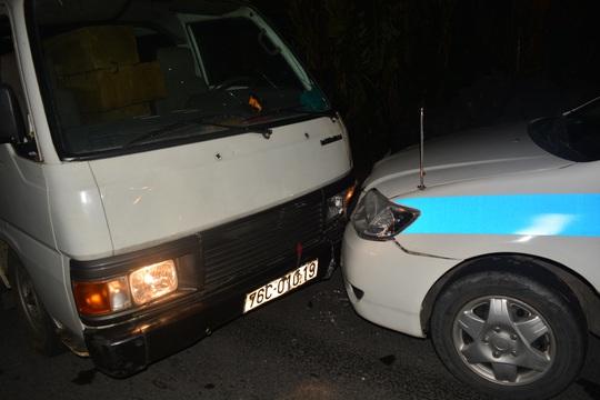 Xe khách tông vào đầu xe CSGT