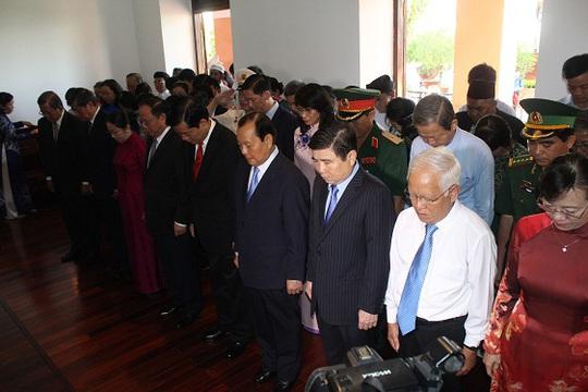 Đoàn lãnh đạo TP HCM dâng hương tại Bảo tàng Hồ Chí Minh – Chi nhánh TP. Ảnh: Bảo Ngọc