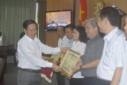 Ông Lê Khắc Ghi, Phó Chủ tịch UBND tỉnh Kiên Giang trao bằng khen cho các tập thể có thành tích đột xuất, xuất sắc trong thực hiện cải cách thủ tục hành chính có hiệu quả nhằm góp phần nâng cao chỉ số PCI của tỉnh trong năm 2015.