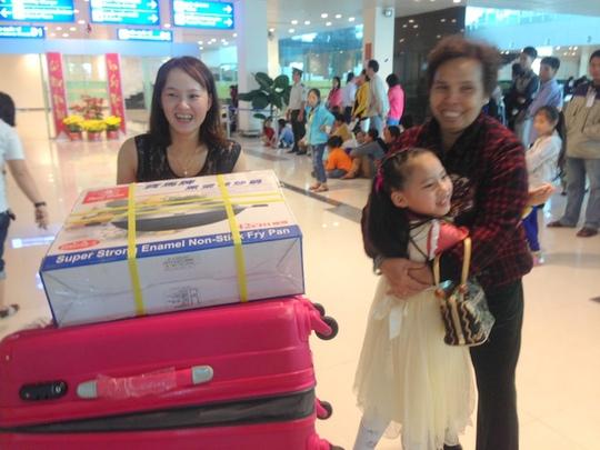 Cô dâu Việt cùng gia đình về quê ăn Tết trong dịp Tết Ất Mùi tại Càng Hàng không quốc tế Cần Thơ.