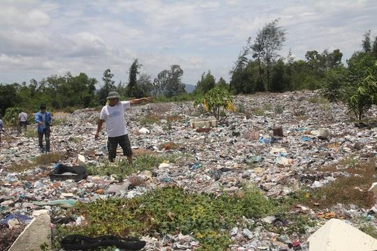 Bãi rác có rất nhiều bùn đen có nguồn từ nhà máy Formosa chôn lấp sơ sài