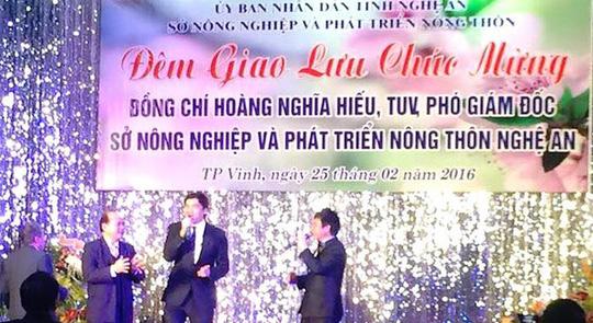Ông Hoàng Nghĩa Hiếu (giữa) trong tiệc mừng mừng về làm Phó GĐ Sở NN & PTNT Nghệ An. Ảnh: Facebook