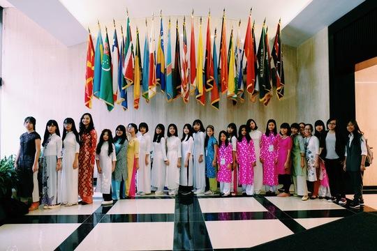 Các bạn học sinh đã đặt rất nhiều câu hỏi cho Đại sứ xoay quanh nhiều vấn đề về Liên hiệp quốc, về hội nhập thế giới, về vấn đề nhập cư, về cuộc sống của cộng đồng người Việt Nam tại Hoa Kỳ.