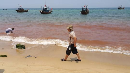 Xuất hiện vệt nước màu đỏ dài khoảng 1km trên vùng biển xã Nhân Trạch (Ảnh: Minh Phong)