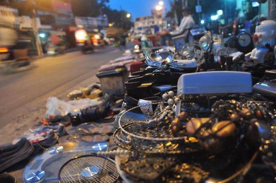 Nhiều món hàng cũ được bán bên lề đường chỉ có giá cao nhất vài trăm ngàn đồng
