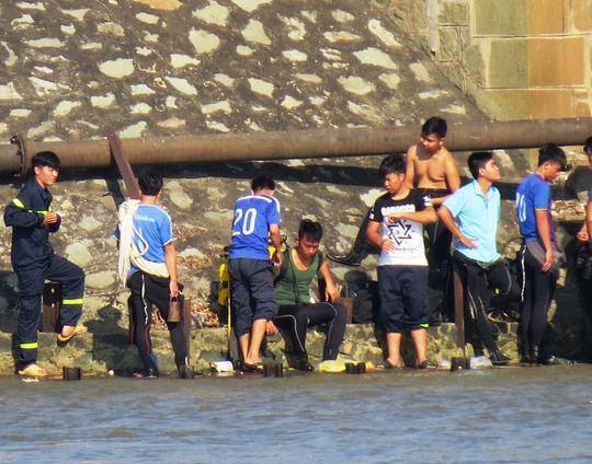 Lực lượng cứu nạn - cứu hộ túc trực tại nơi cầu sập để tìm kiếm nạn nhân