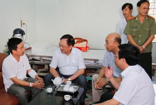 Đại tá Thắng (bìa trái) cảm ơn Thứ trưởng Nguyễn Văn Thành (thứ 2 từ trái qua)
