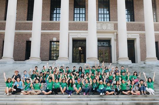 Học sinh Vinschool trước cổng Thư viện Trường Đại học Harvard – nơi hàng năm vẫn tổ chức Lễ tốt nghiệp cho hàng nghìn sinh viên Harvard.