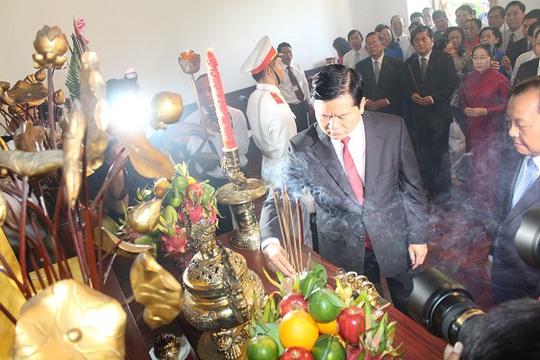 Ông Đinh La Thăng, Ủy viên Bộ Chính trị, Bí thư Thành Ủy, dâng hương Chủ tịch Hồ Chí Minh