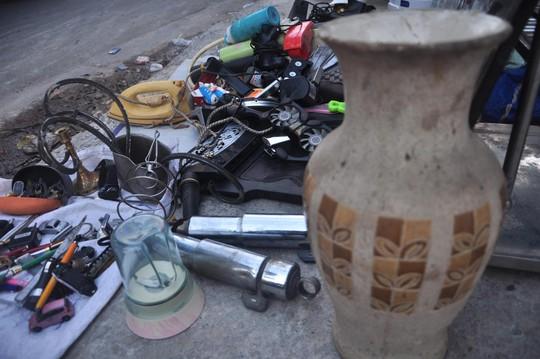 Đủ loại đồ cũ được bày bán trên đường Nguyễn Kiệm (quận Phú Nhuận, TP HCM)