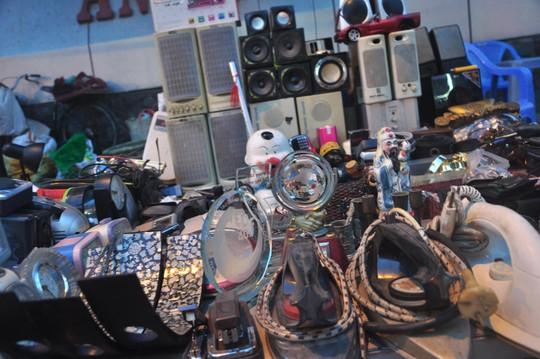 Người mua có thể tìm được bất cứ món đồ nào, từ loa thùng, bàn ủi, bật lửa cổ, tẩu hút thuốc, lư đồng cho đến các mặt hàng điện tử... tại các tiệm bán đồ cũ với giá rẻ