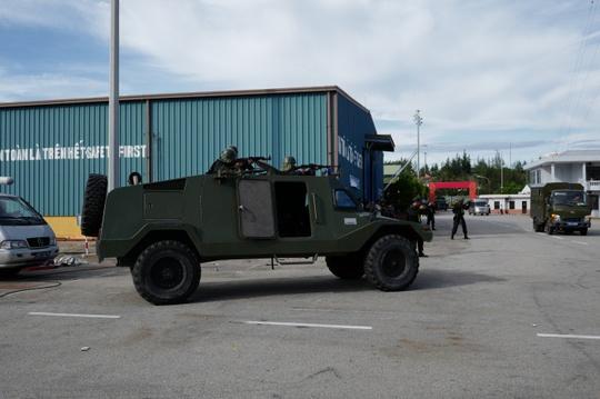Xe thiết giáp bánh hơi và Cảnh sát đặc nhiệm - Ảnh: Xuân Sơn