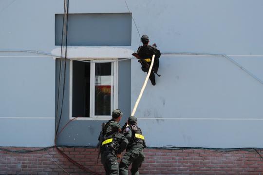 Cảnh sát cơ động dùng sào đẩy chiến sĩ lên nơi bọn khủng bố nhốt con tin