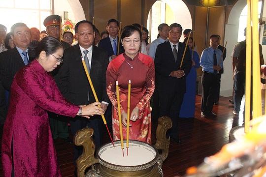 Đoàn lãnh đạo TP HCM dâng hương tại Bảo tàng Tôn Đức Thắng