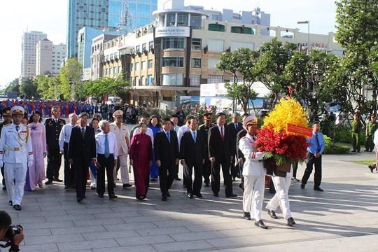 Đoàn lãnh đạo TP HCM dâng hoa Chủ tịch Hồ Chí Minh tại Công viên tượng đài Chủ tịch Hồ Chí Minh