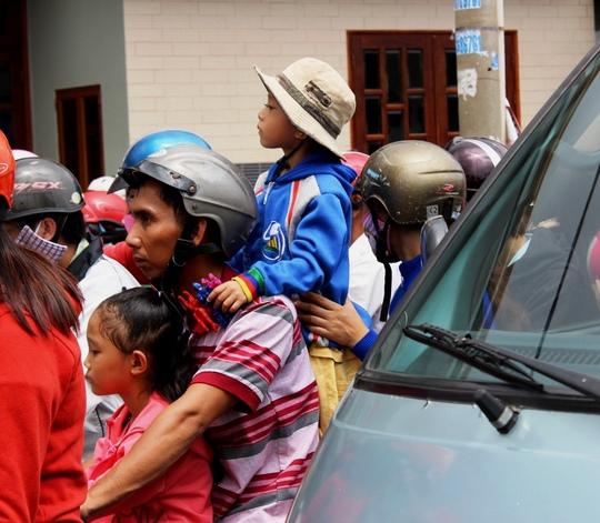 Nhiều trẻ nhỏ bơ phờ cùng cha mẹ trở về TP sau kỳ nghỉ lễ