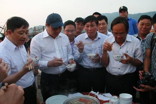 Chủ tịch UBND TP Đà Nẵng Huỳnh Đức Thơ (thứ 2, từ trái qua, đội mũ) ăn hải sản cùng ngư dân