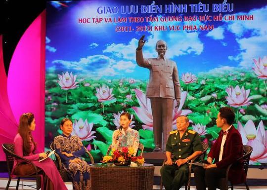 Chị Trần Thị Phương Thúy, Phó Giám đốc Trung tâm Điều dưỡng Tâm thần Tân Định (giữa), tại buổi giao lưu