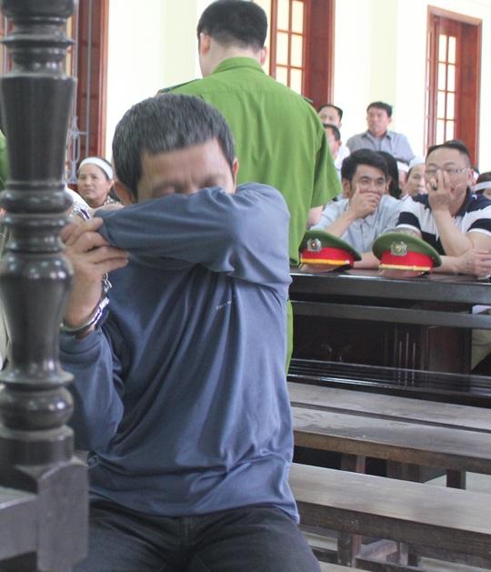 Bị cáo Nguyễn Hữu Khính, kẻ chém chết vợ vì nhất quyết đòi ly hôn, bật khóc tại phiên tòa