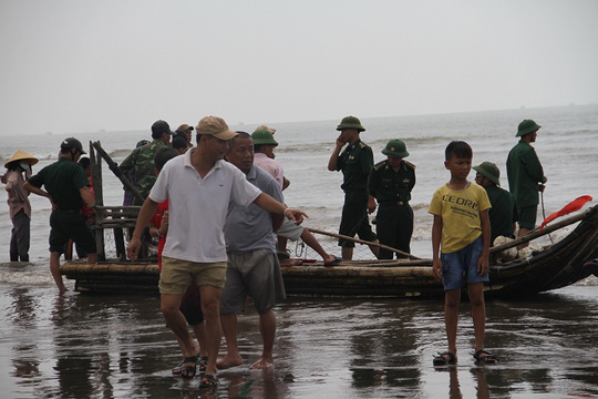 Lực lượng biên phòng có mặt phối hợp với người dân chuẩn bị tổ chức đưa cá voi vào bờ